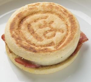 食パンだけじゃなく、マフィンやフランスパンなどでホットサンドを作るのも楽しい。はさんで焼けば、自由の香りが立ちのぼる。
