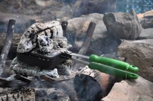 野外では、焚き火で。ホットサンドメーカーに熾火をのせれば、上からも熱を加えることができる。ピザも焼けるぞ!