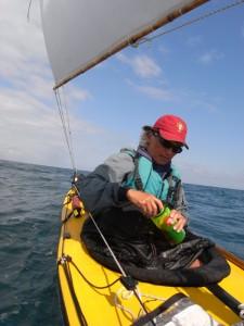春の風に吹かれてのセーリング・カヤック旅も見逃せない。漕ぐだけでなく、風を利用することで移動距離は数倍にもなり、旅のスケールが大きくなる。