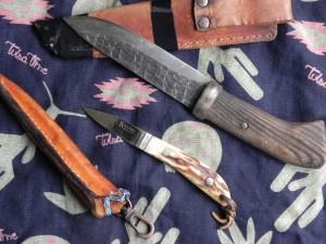 いつも持ち歩いているナイフは、このふたつ。山へ行くときは、刃渡り55ミリのシースナイフ(小さな方)。ホットサンドを作るときは、大きめの刃渡り130ミリも持っていく。