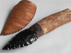 北海道のシーカヤッカーが作った黒曜石のナイフ。刃物は石から生まれ、黒曜石が使われ出して、いまの形になっていったんじゃないかな。