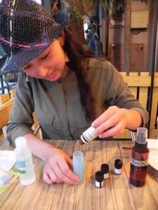 虫は逃げだし、女の子が集まってくるアロマオイルの作り方を、AEAJ(日本アロマ環境協会)認定のアロマテラピー・インストラクターである山畑理絵ちゃんに聞いてみた。