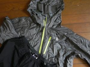 レインウエアは、上下ともにアウトドアリサーチを愛用。上はコンパクトに収納できるヘリウムⅡジャケット。ボトムはしっかりした生地のフォーレイパンツ。高地でのどしゃ降り強風など、いままでもずいぶん助けられた。今回の旅では、ご来光を見るための早朝登山のとき、防寒着として着用した。