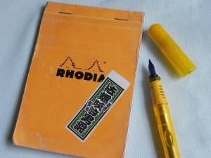 山と万年筆は、相性が悪い。気圧の変化にインク漏れが激しいのだ。それでもぼくはいつもこれ。ロディアのノートにペリカンの子ども用万年筆(ペリカーノ・ジュニア)。ファンクションよりハート。機能より気持ち!