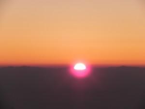 「山頂でご来光を見よう」という誘いに、「いやだ。暗いうちから起きだして歩くなんて」とだだをこねたが、はるか北アルプスの山塊から朝日が昇ってきたときには、思わず声をあげてしまった。早起きは、やっぱり得をするのだ。