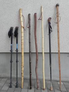 わたくしのウォーキング・スタッフ・コレクション。 左から、コールオブザワイルドのダブル・ポール。布袋竹の杖。黒竹をもらったので自作してみたやつ。いつぞやの山旅で拾った木(材の種類は不明)。竹で作ったシンプルなスタッフ。20年以上も使っているトラックス(アメリカ製)のスタッフ。遠くに見える山の高さを測ることができる目盛りのついた杖。その使い方も、いつどこで買ったかも忘れてしまった。