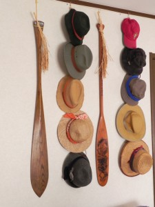 ウールやらコットンやらフェルトやら麻やら麦わらなどなど。素材はさまざまなわが部屋の帽子群(ほかにも、無雑作に積み重ねている帽子もあるし)。さらに、冬用としてウールのニット帽が数種ある。いつのまにやら、帽子だらけになってしまった。