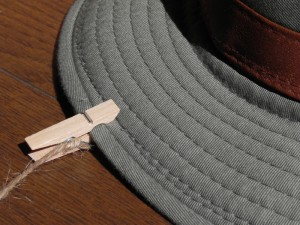 帽子は、保管がけっこう面倒くさい。型くずれしないように、と考えると、意外に場所を占領する。そこで、麻ひもに洗濯ばさみ(木製)をつけ、壁にぶらさげてみた。使わない帽子にほこりの積もるのが難点だが……。
