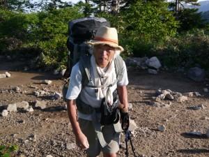 山歩きでは、暑いときでもマフラーを巻いていく。いうまでもなく、手ぬぐいがわりである。日本手ぬぐいを首に巻いたり頭に巻いたりしたこともあったけど、いまはこの手のマフラー(タオル?)を巻いて歩くことが多い。