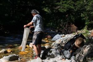 水場や川で、「今治まきたおる」を洗う。夏は、頻繁に洗うことで、爽快な気分を保てる。暑いときには、濡れたまま頭に巻いたり、軽くしぼって首にまいたり。四季をとおしての必需品だ。
