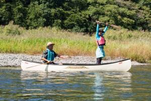 「出発っー!」とマーヤが叫び、「ずる休み」男たちは川へ出るのであった。(写真=山田真人)