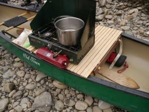 気に入った川岸へ上陸して、昼ご飯だ。二日間にわたりワイルドワンスタッフがカヌーテーブルに2バーナーを設置し、うまい飯を作ってくれた。ごちそうさま。