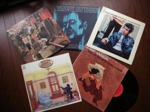 上段左から右へ、ボブ・ディラン「ザ・ベースメント・テープス」、ウディ・ガスリー「ライブラリー・オブ・コングレス・レコーディングス」、ボブ・ディラン「ハイウェイ61リビジテッド」。下の2枚は、ロバート・ジョンソン「キング・オブ・ザ・デルタ・ブルース・シンガーズ」。すべてアナログレコードのジャケット。 そうそう。ぼくが彼ら三人に共感するもうひとつのことが……。 なんたってこの三人は、無類の女好きなんだよな。