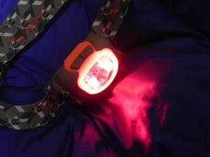 マイルストーンのヘッドライト「MS-B1」は、サブライトとして赤色LEDが搭載されている。赤色LEDは暗闇に慣れた目にやさしく、手元灯としてテント内などで使いやすい。ムササビにもやさしいのである。