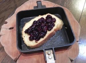 いういまでもなく、ホットサンドレシピに常識はない。フレンチトーストも例外ではない。 溶き卵と牛乳、砂糖、シナモンパウダー、バニラエッセンスなど自由に調味液を作り、パンを浸す。 これは、ブルーベリージャムをはさんで焼いてみた。
