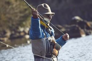 何百回とキャスティングを繰り返す。都会ではLINEの連絡で女の子に振りまわされ、芦ノ湖ではフライラインが絡まり魚に笑われる。