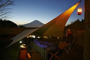 ふと気がついたら、ひとりのキャンプサイトである。だれも相手にしてくれないのだ。富士山も「法螺ばっかり吹いてないで、早く寝なさい」だとさ。 これでいいのだ。ムササビウイングは、こうした夜を過ごすためのあるのだ。 もう、寝よ。