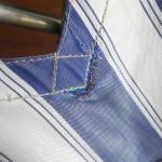 手もとに残ったこのブルーの椅子も、リベットが外れたり、生地が破れてきたり。