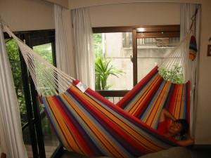 ブラジルのアマゾン流域では、家でも多くの人がハンモックで寝ている。これは沖縄の友人宅。このようにハンモックに対して斜めに寝るのが正しい寝姿。
