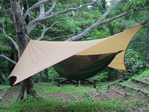 ムササビウイングの下にヘネシーハンモックを吊るす。完璧なキャンプサイトとなる! 今夏は、どこへ出かけようかな?
