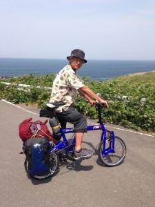 風が吹き抜けていく折り畳み自転車でのキャンプ旅。
