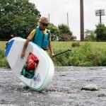 浅瀬は歩く。「泳ぎたくなるような川が日本中にあればいいのに」と思いめぐらせながら。