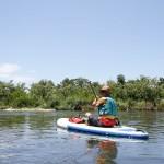 漕ぐ姿勢はまったくの自由。座り込めば、SUPの上でご飯が食べられるほどの安定感。
