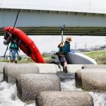日本の川では当たり前の光景である堰堤越え。