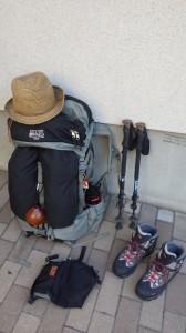 所帯道具はすべてミステリーランチ/グレイシャー(バックパック)へ。ウェットリブをショルダーバッグとして使用。ブーツはオボズ。WILD-1ブランドのコールオブザワイルドのトレッキングポール。