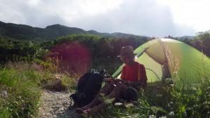 旅の宿は、ニーモ。テント内にストレスなく座ることができる、というのがぼくのテント選びの基本だ。