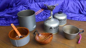 台所は、SOTO/ウインドマスターとGSI/ピナクル・ソロイスト。それに椰子の実カップとチタンカップ。予備のガスカートリッジをひとつ。