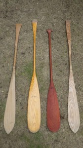 川で使っているシングルパドル各種。ビーバーテイルが中心だ。一本気(木)で裏表がない(そういう男になりたいものだ)。左はタモ材から自作したやつ。