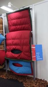 日本の寝袋メーカー「ナンガ」が快眠のための封筒型シュラフを発表。顔が出せたり、上下が分かれたり、連結もできたり、マットの固定もできる。しかも収納時はクッションにもなる!