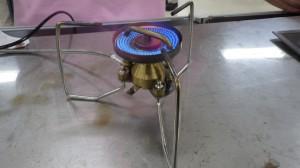 マルチMUKAストーブ(来春発売予定)。あのムカストーブがマルチに。ノズルを交換することなくガスとガソリンの両方が使える。しかも、すり鉢状バーナーヘッドで圧倒的な風への強さ!