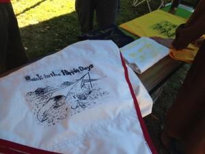 今回の『ムササビの夜』では、Garlandの早紀ちゃんが描いてくれた絵をシルクスクリーンにおこし、Tシャツプリントを試みた。で、ついでにムササビウイング・オールコットンにもプリント!