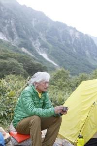 薄手のダウンジャケットは夏の山旅に重宝する。マウンテン・イクイップメントのパウダーデュベ50。。重量175グラム。