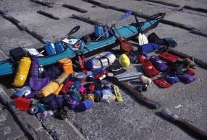 これが北海道一周旅の全装備。フェザークラフトのダブル艇に、ギターをはじめとする生活道具一式を積み込んで、100日間の漂流をした。(写真=佐藤雅彦)