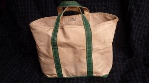 これぞ、トートバッグの元祖! L.L. Beanのボート・アンド・トート。もう30年以上も前、生まれて初めての海外へのメールオーダー(Eメールではなく、国際郵便での発注)で買ったときのもの。たしか、ほかの色やサイズもいっしょに買ったんだけど、なぜかいまはこれしか手元に残っていない。