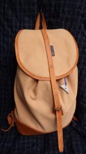 シライデザインズの帆布リュックサック。これもまた、長く使っているバックパック。ウラヤマを徘徊するときは、いつもこれ。