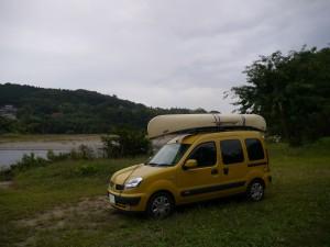 14フィートの白いカヌーをルーフトップに積むと、このままいつまでも旅を続けたい、と思ってしまう。