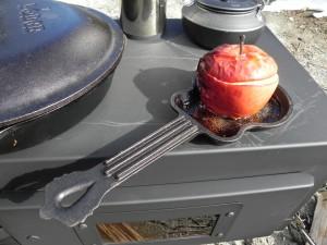 デザートは、焼きリンゴ。芯をくりぬき、砂糖とシナモン、クリームチーズを押し込む。そして、じっくり焼く。