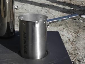 同時に、スタンレーのコーヒーシステム(フレンチプレス)で深煎りコーヒーを淹れる。 こうして、完璧な一日となったのだ!
