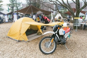 ノマディカブース(小林夕里子)には、BMWのバイクとともにバイクツーリング用テント「TenGer」が展示。