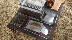 UNIFLAMEのユニセラ熱燗あぶり台(¥5,900)と、ユニセラTG-3本体(¥10,800)。これらを合体すれば、至福のひとときを過ごせるのだ。