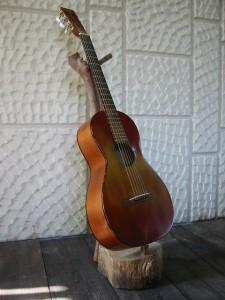 沖縄で作ったギタースタンド。もちろん、材料は沖縄の島で拾った流木だ。