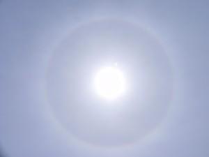 「太陽に暈がかかると雨が近い」といわれている。低気圧の接近で暈が出現しやすくなるのだ。