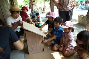 ムササビ観察をして、ムササビの巣箱を作り、それを木に設置する。『ez BBQ country』キャンプ場では、多くの人に野生動物を身近に感じてもらうため、このようイベントをおこなっている。