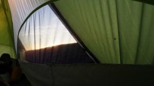 テントから外を覗くと、ちょうど日が昇るところだった。
