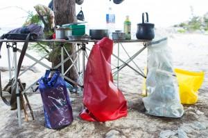 ごみは燃やさず持ちかえる。家まで持ちかえることを前提に、防水バッグをごみバッグとして利用した。