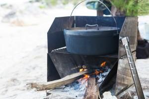 焚き火料理のためのトング『キングトング』がいつもいっしょ。これもまた仲村忠明さん考案のアイデア商品だ。